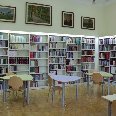 Čitalnica s knjigami za študij.