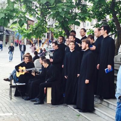 Zbor prepeva na uličnem misijonu na Prešernovem trgu.