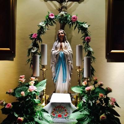 Eden izmed oltarčkov ob telovski procesiji.