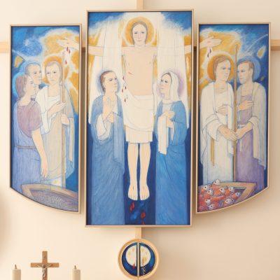 Triptih in manjši tabernakelj v adoracijski kapeli.